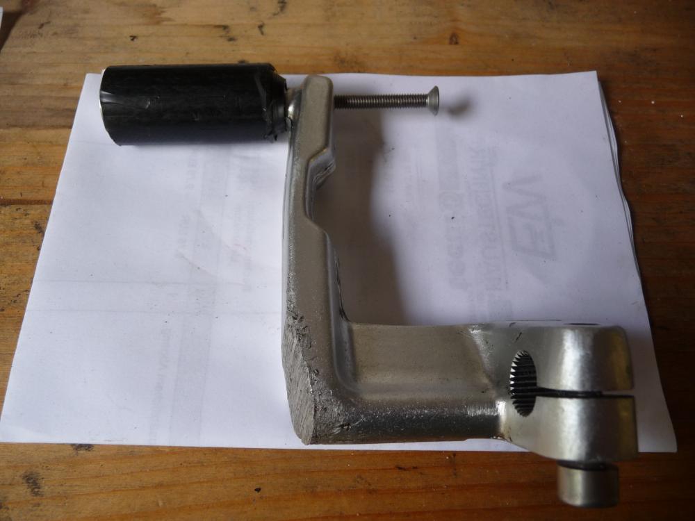 P1040611 Schalthebel mit Pedal, von unten.JPG